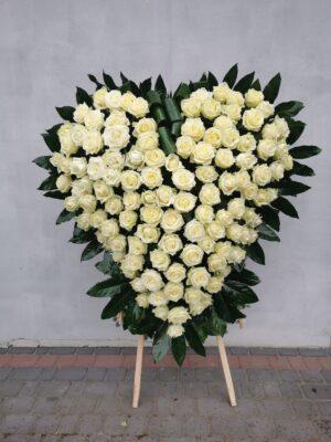 Wieniec w kształcie serca z naturalnych kwiatów na pogrzeb
