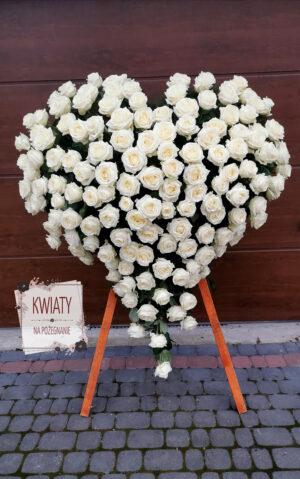 Wieniec w kształcie serca z białych róż na pogrzeb