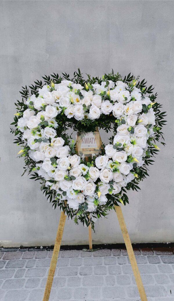 wieniec pogrzebowy w kształcie serca z białych sztucznych kwiatów