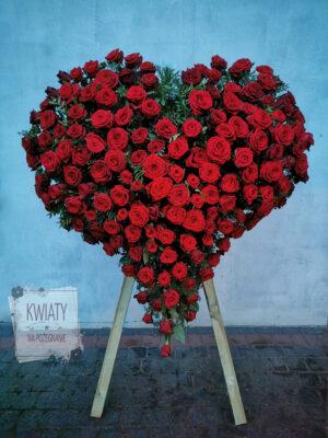 Wieniec pogrzebowy w kształcie serca z naturalnych czerwonych róż na stojaku