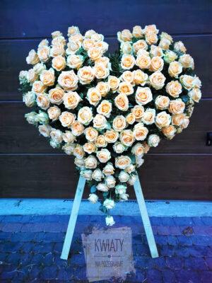 Wieniec pogrzebowy w kształcie serca z naturalnych białych róż na stojaku