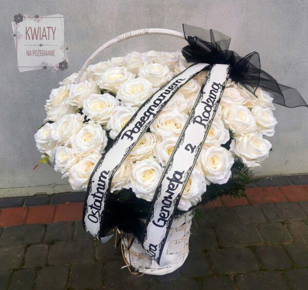 kosz kwiatów na pogrzeb z białych róż i szarfą