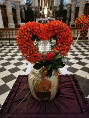 dekoracja urny w kształcie serca z czerwonych róż
