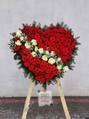 Wieniec pogrzebowy w kształcie serca z czerwonych i białych róż