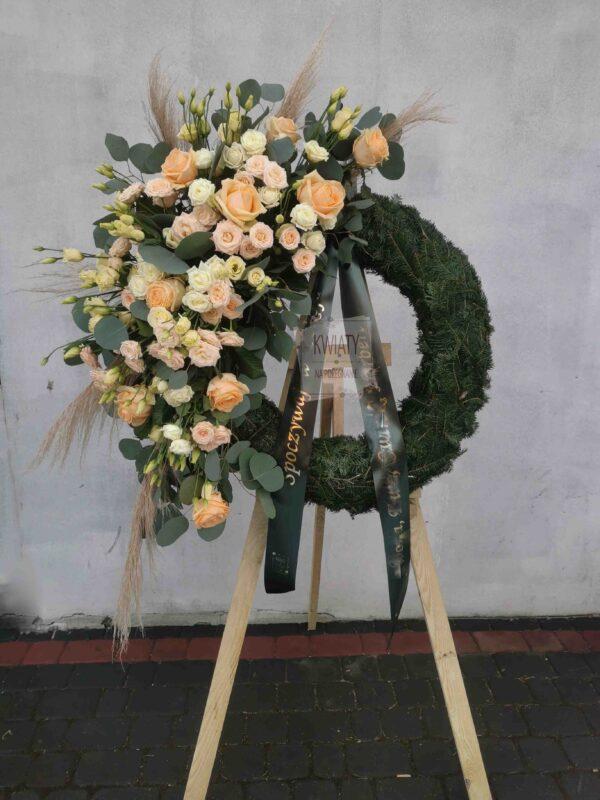 Wieniec Rzymski w kształcie koła z naturalnymi kwiatami