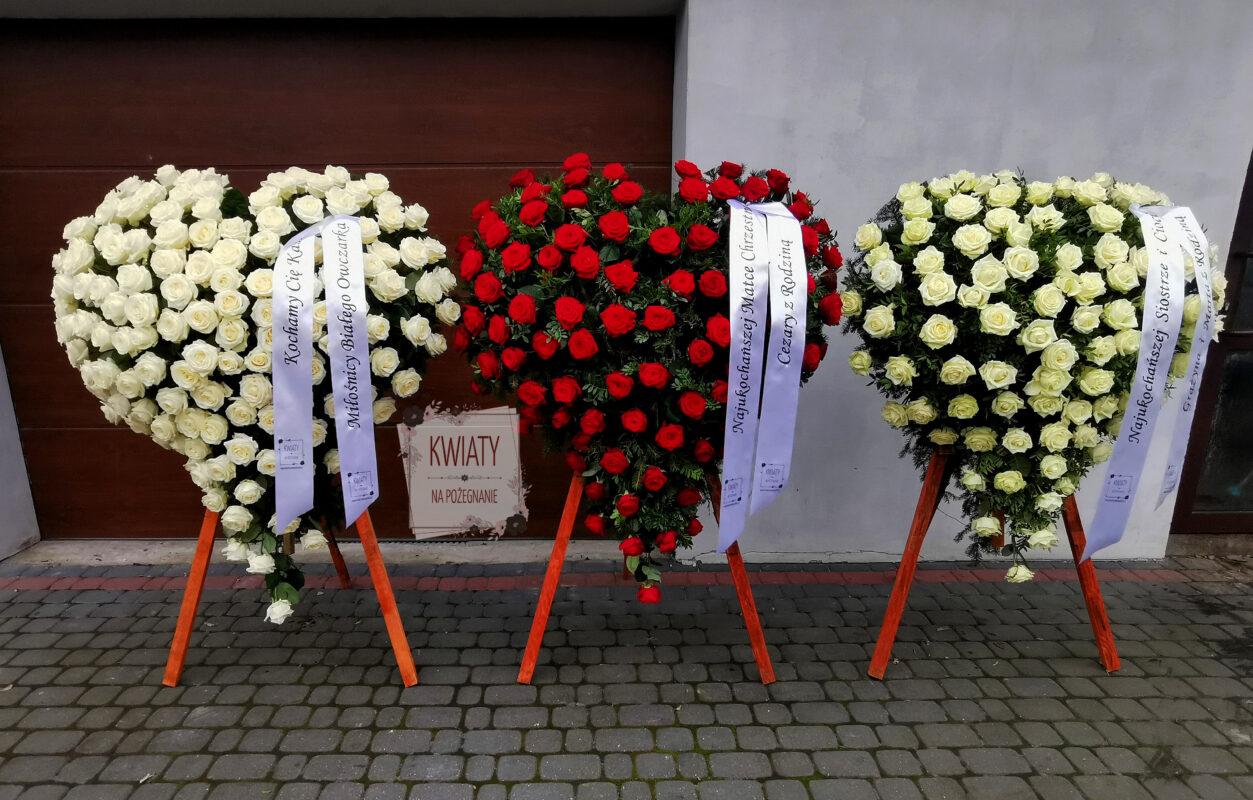 trzy wieńce pogrzebowe w kształcie serca