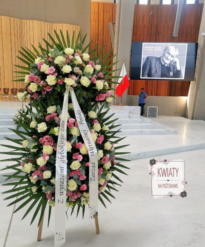 wieniec pogzrebowy duży z naturalnych kwiatów na pogrzeb henryka wujca