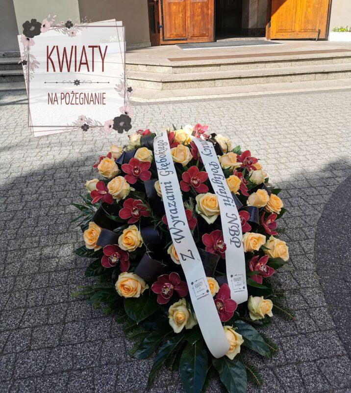 wiązanka z naturalnych kwiatów i szarfą pogrzebową