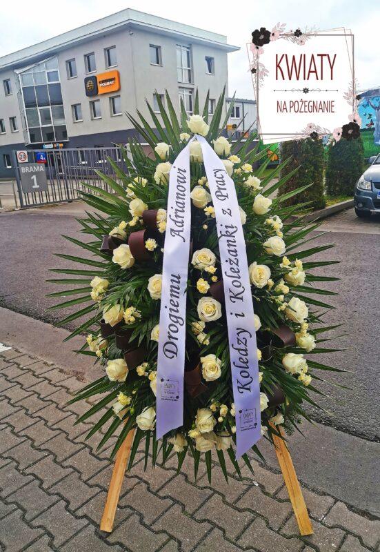 wieniec pogrzebowy łezka z naturalnych kwiatów i szarfą