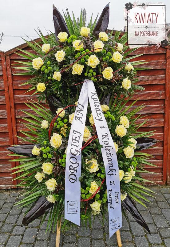wieniec pogrzebowy z naturalnych kwiatów i szarfą