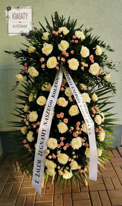 wieniec pogrzebowy z naturalnych kwiatów i z szarfą pogrzebową